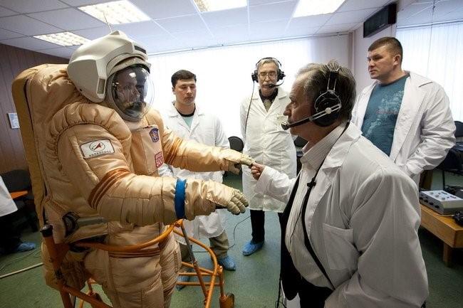Иван Николаевич Неумывакин проводит испытания (первый справа).